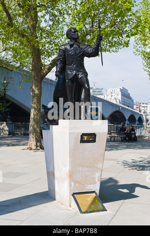 The South Bank , London , contemporary metal bronze statue of the actor Sir Laurence Olivier , 1907 - 1989 ,  by - Stock Photo