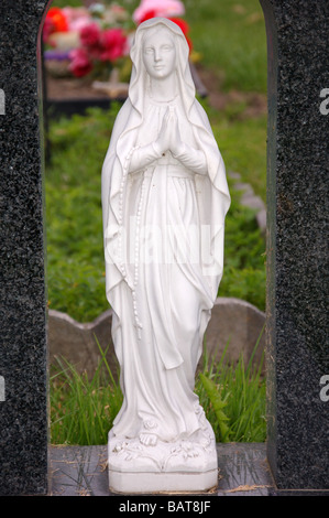 An statue of an angel on a headstone in Roundwood Cemetery, Harlesden, London, England, Uk - Stock Photo