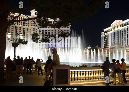 Tourists watching the famous Bellagio water show at the Bellagio Lagoon on Las Vegas Boulevard, Las Vegas, Nevada, - Stock Photo