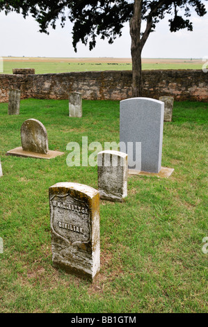 Old and new headstones intermingle in the Fort Reno cemetery - Stock Photo