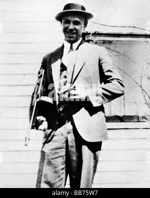 John Dillinger 1933 photo of the American Public Enemy Number One posing for the camera with his tommy gun - Stock Photo