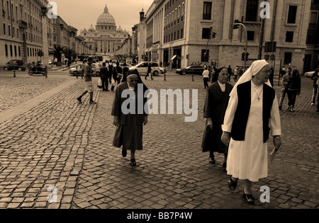 Nuns walking in front of the Vatican in Rome - Stock Photo