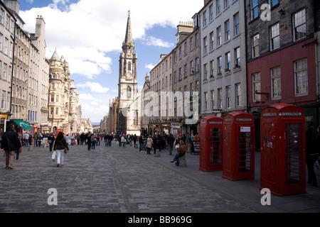 turists on Royal Mile in Edinburgh - Stock Photo
