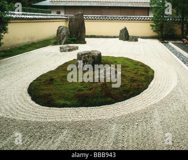 Japan, Kyoto, Daitoku-ji, View of Isshidan, a Horai-san style rock garden in Ryogen-in Temple - Stock Photo