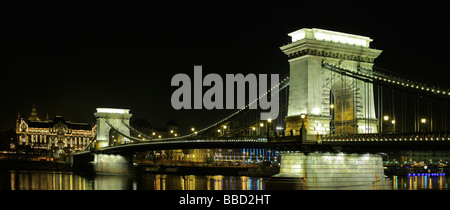 The Chain Bridge and the Royal palace of Buda in Budapest, by night - Stock Photo