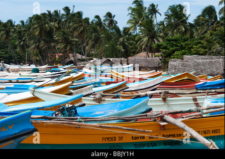 Fishing Boats & Fisherman huts Cabanas arugam bay sri lanka - Stock Photo