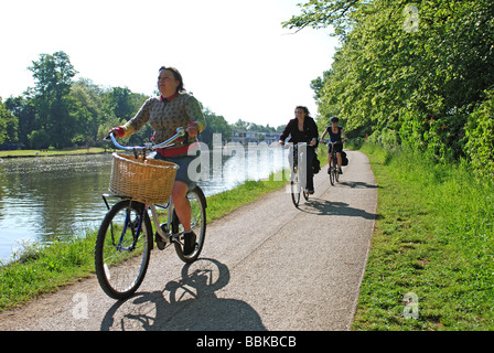 Cyclists on River Thames towpath, Oxford, Oxfordshire, England, UK