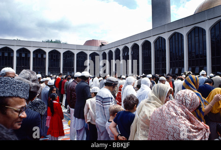 Regents Park London Muslims Going To Worship At Eid - Stock Photo