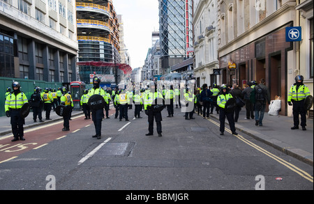 Police officers in riot gear a lined up  the City of London ahead of the G20 summit of world leaders, 1 April 2009 Stock Photo