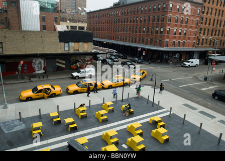 Taxis line up in front of the Standard Hotel in the plaza viewed from the new High Line Park - Stock Photo