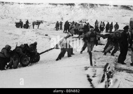 events, Second World War / WWII, Russia 1944 / 1945, German soldiers assembling for a counterattack, near Britskoye, - Stock Photo