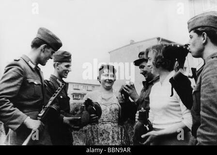 geography / travel, Germany, Berlin, wall, construction, soldiers of National People's Army and citizens at the - Stock Photo