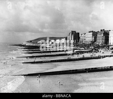 geography / travel, Great Britain, Eastbourne, beaches, view from pier towards beach and promenade, 1950s, - Stock Photo