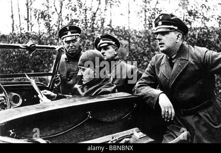 Hitler, Adolf, 20.4.1889 - 30.4.1945, German politician (NSDAP) Chancellor since 30.1.1933, in car, orientating - Stock Photo