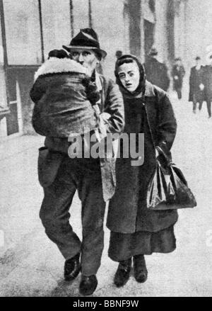events, Great Depression 1929 - 1933, family in despair, Germany, circa 1930, father, carrying, child, poverty, - Stock Photo