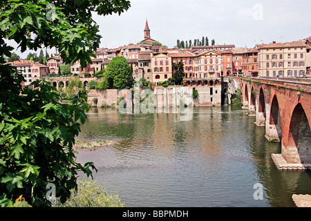 VIEW OF THE BANKS OF THE TARN AND THE PONT VIEUX BRIDGE, ALBI, TARN (81), FRANCE - Stock Photo