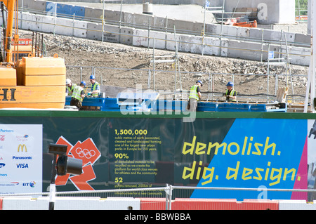 UK. WORKERS AT THE SITE OF THE FUTURE OLYMPIC STADIUM GOING UP IN LONDON, ENGLAND. Photo Julio Etchart - Stock Photo