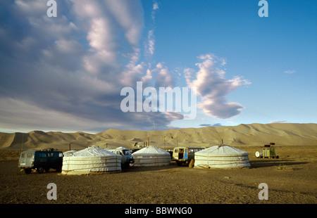 Oct 9, 2006 - Ger camp at the sand dunes of Khongoryn Els in the Gobi desert's Gurvansaikhan National Park in Outer - Stock Photo