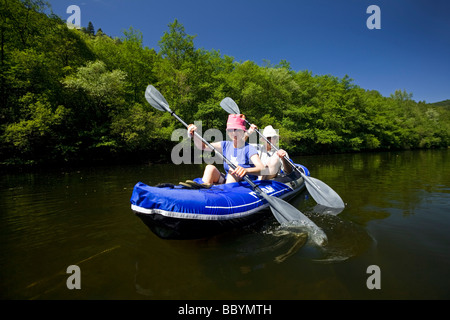 A couple paddling on the Sioule river (France). Couple pagayant sur la Sioule (France). - Stock Photo