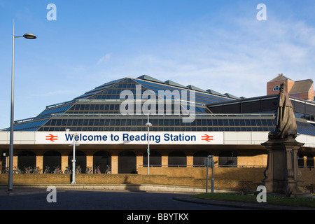 Reading Railway Station with the statue of King Edward VII, Station Square, Reading, Berkshire, United Kingdom, - Stock Photo