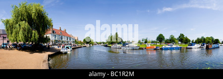 'The Cutter Inn' public house and the River Ouse with moored boats, Ely, Cambridgeshire, England - Stock Photo