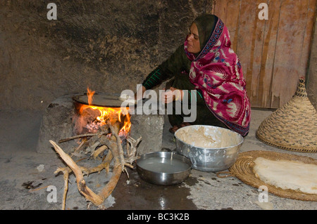 Local women cooking traditional food in bait al safah town for Al hamra authentic indian cuisine