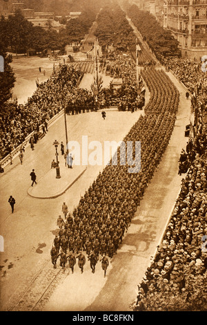 American troops parade in the streets of Paris on Independence Day 1918. - Stock Photo
