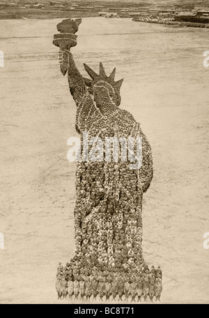 18,000 American soldiers formed into a living Statue of Liberty at Camp Dodge, Des Moines, Iowa,  USA, August 1918. - Stock Photo
