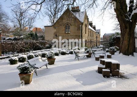 The garden of St Saviour's Church in snow, St Saviourgate, York, England, UK. - Stock Photo