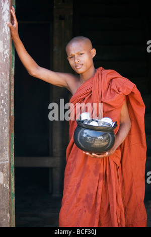 Myanmar, Burma, Rakhine State, Sittwe. A young novice monk with his food bowl and utensils at the Pathain Monastery. - Stock Photo