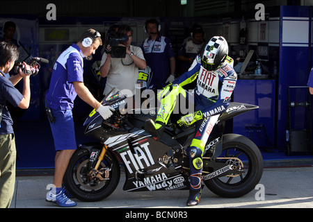 valentino rossi hops off his m1 yamaha after testing at valencia in October 2008 - Stock Photo