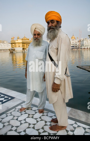 Sikh men by the lake – the Sarovar (water tank) – surronding the Golden Temple (Sri Harmandir Sahib), Amritsar. - Stock Photo