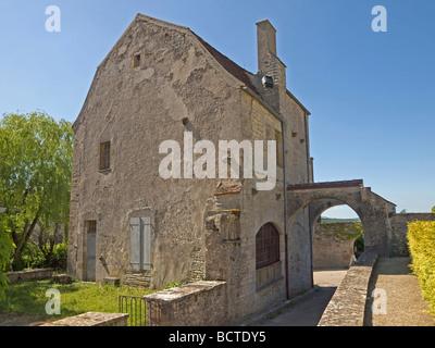 Altes Haus neben der Kirche Sainte Marie Madeleine in Vezelay old House near the church Sainte Marie Madeleine in - Stock Photo
