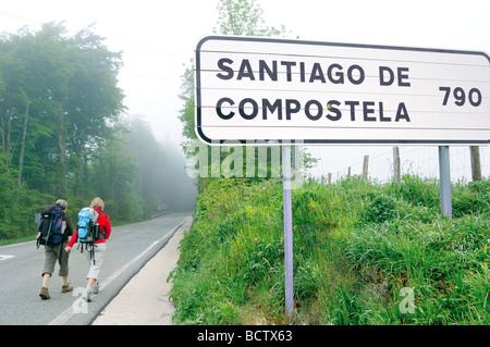 Spain, St. James Way, Navarra: Pilgrims on the way to Santiago de Compostela in Roncesvalles - Stock Photo