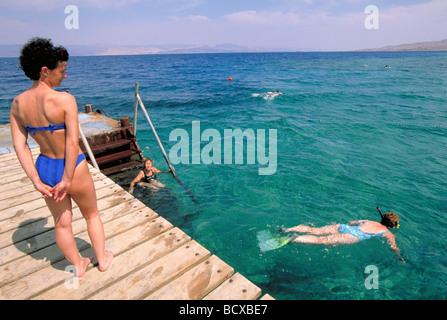 Elk164 2496 Jordan Agaba Royal Diving Center Red Sea diving pier with visitors - Stock Photo