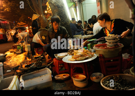 Seafood restaurant on the footpath at night time in old quarte, Hanoi, vietnam. - Stock Photo