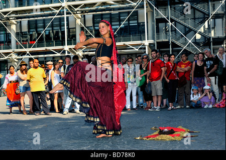 Paris France,  TOurists Looking at Female Indian Dancer 'Street Performer' Outside of 'George Pompidou Museum' Beaubourg - Stock Photo