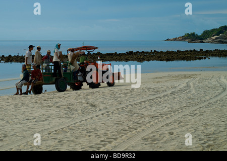 Full moon party clean up crew cleaning Haad Rin Beach in the morning. - Stock Photo