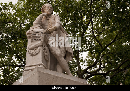 Stone carved statue of William Shakespeare in Leicester Square, London W1. Reads - 'There is no darkness but ignorance' - Stock Photo