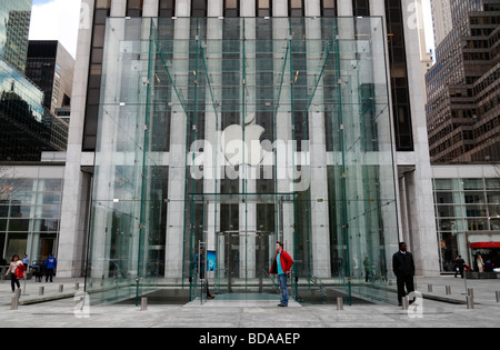 The glass cube entrance to the Apple Store on Fifth Avenue, Manhattan, New York, United States. - Stock Photo