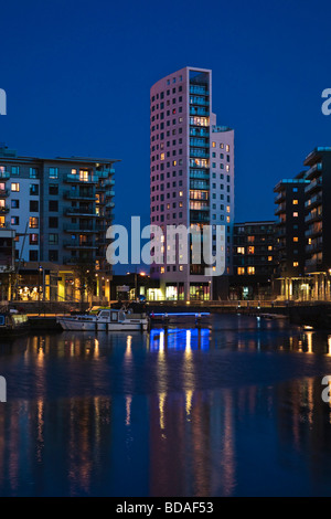 Boats and apartment buildings at Clarence Dock, Leeds ...