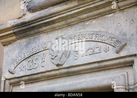 A carving in stone above the entrance to a close on Edinburgh's High Street, dates from 1622. A Latin inscription - Stock Photo