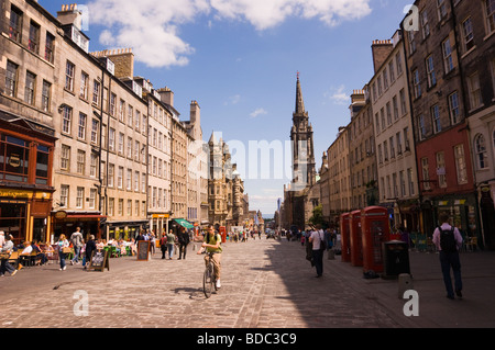 The Royal Mile in Edinburgh busy with Summer tourists - Stock Photo