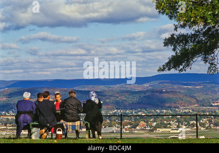 Amish family on vacation stops for picnic lunch a thighway rest stop overlooking mountains and valley Stock Photo