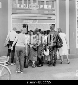 geography / travel, Germany, GDR, people looking at shop window with electronic products from West-Germany, 3.5.1990, - Stock Photo