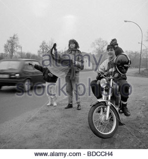 geography / travel, Germany, GDR, young people greeting cars from West Germany, Federal road 104 near Schwerin, - Stock Photo