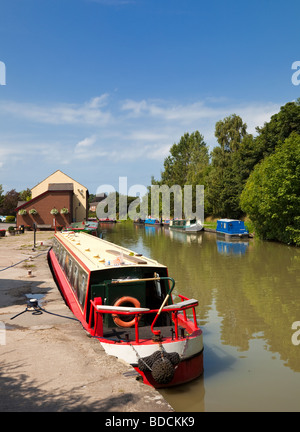Canal boat UK - Narrowboats on the Kennet and Avon Canal at Devizes Wharf,  Wiltshire, England, UK Europe - Stock Photo