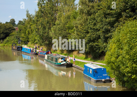 Narrowboats next to the tow path on the Kennet and Avon Canal at Devizes Wharf, Wiltshire, England, UK - Stock Photo