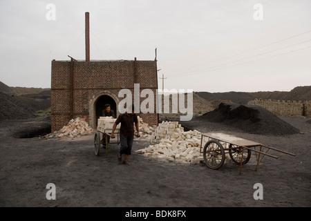 Wuda coal field, Wu Hai, Inner Mongolia; making high temperature kiln bricks. With no health standards the air heavily - Stock Photo