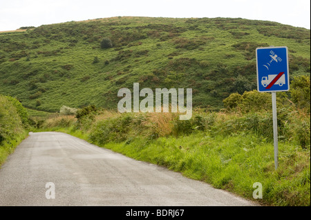 Road sign warning lorry drivers not to use a sat nav on this route to avoid lorries getting stuck on small country - Stock Photo